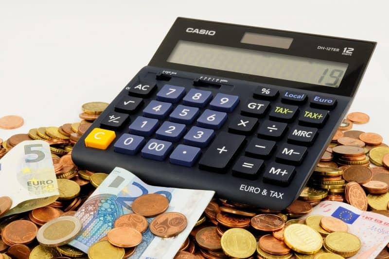 מחשבון על ערימת מטבעות